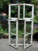 Vierflügeliges Fenster mit Rahmen in Eichenholz für Dekozwecke / Kulisse / Film u. Foto