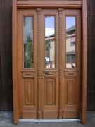 Historische Haustüre, zweiflügelig, restauriert, mit Blend/ Blockrahmen.