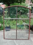 Eisenfenster, zwei Gleiche, mit leichtem Segmentbogen und Kippflügel