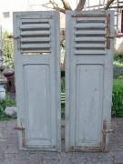 Klappladenpaar mit Lamellen im oberen Bereich