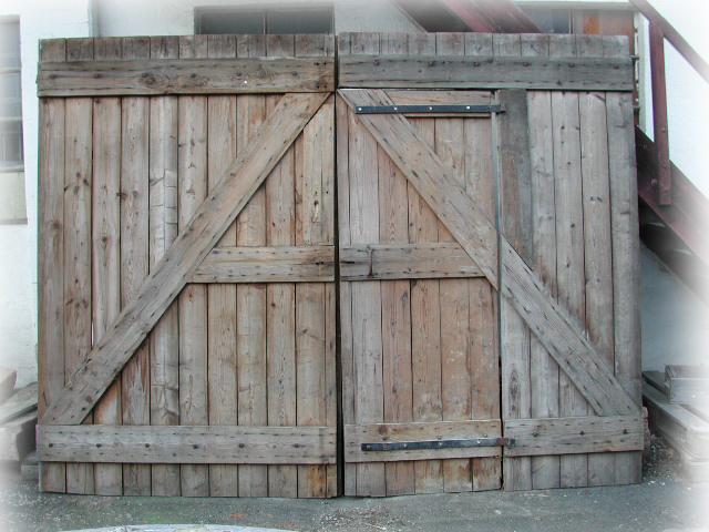 Historisches Scheunentor, Antikes Holztor, Hoftor, zweiflügelig mit Schlupftür