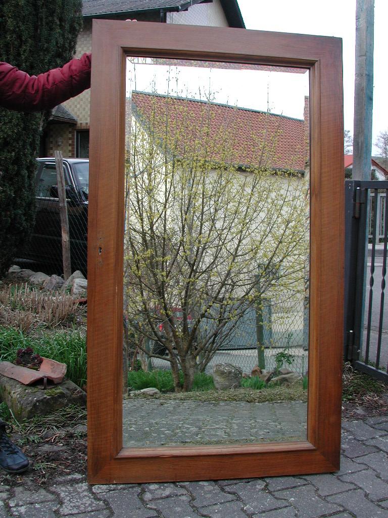 Historische Spiegeltüre eines Wandeinbauschrankes