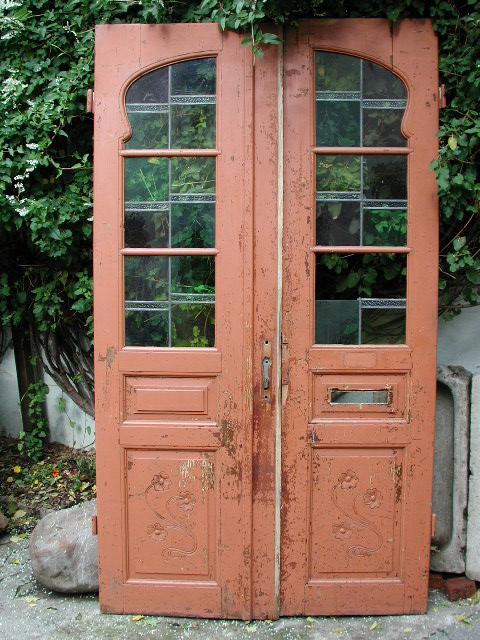 Restaurierte Windfangtür vor dem Einbau, vorher/nachher