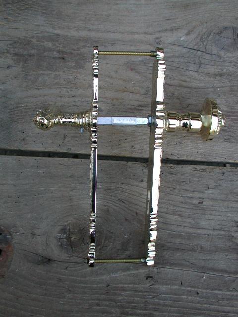 Drückergarnitur in Messing mit gekröptem Knauf auf der Aussenseite, poliert
