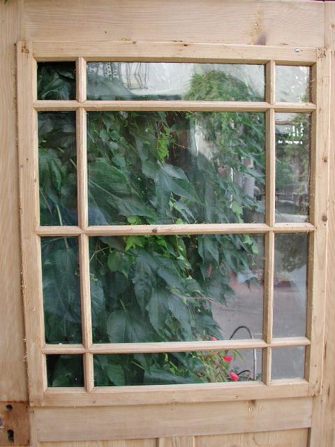 Historisches Zimmertürblatt, einflügelig, Nadelholz, große Holzsprosse mit intakter Verglasung.