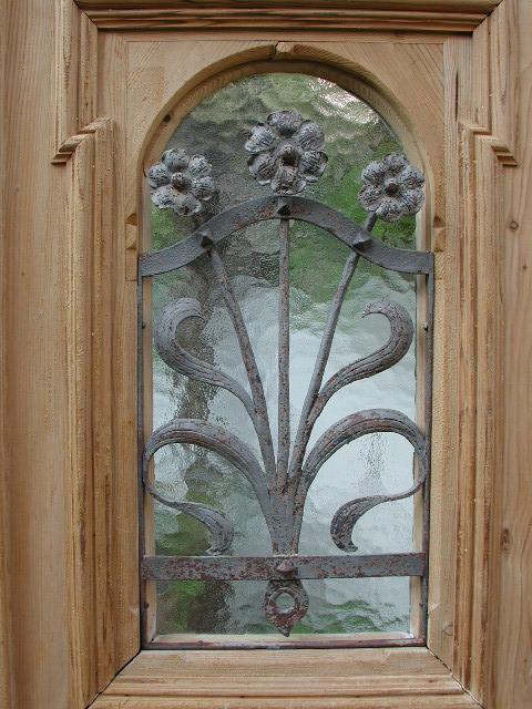 Historische Haustüre, einflügelig, sauber entlackt, formschönes Schmiedegitter